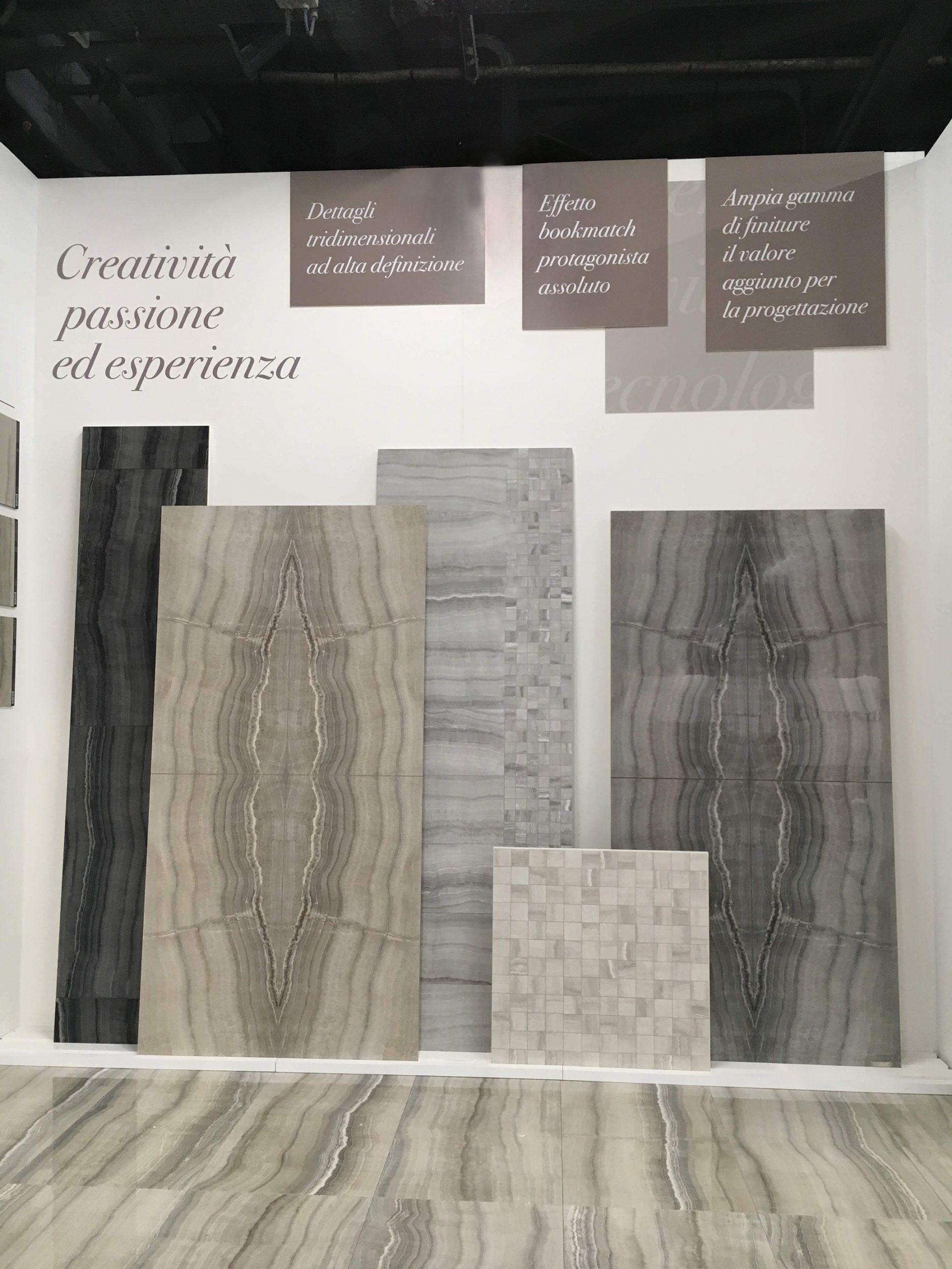 Parete showroom ceramico allestita con pannelli forex e prespaziati adesivi