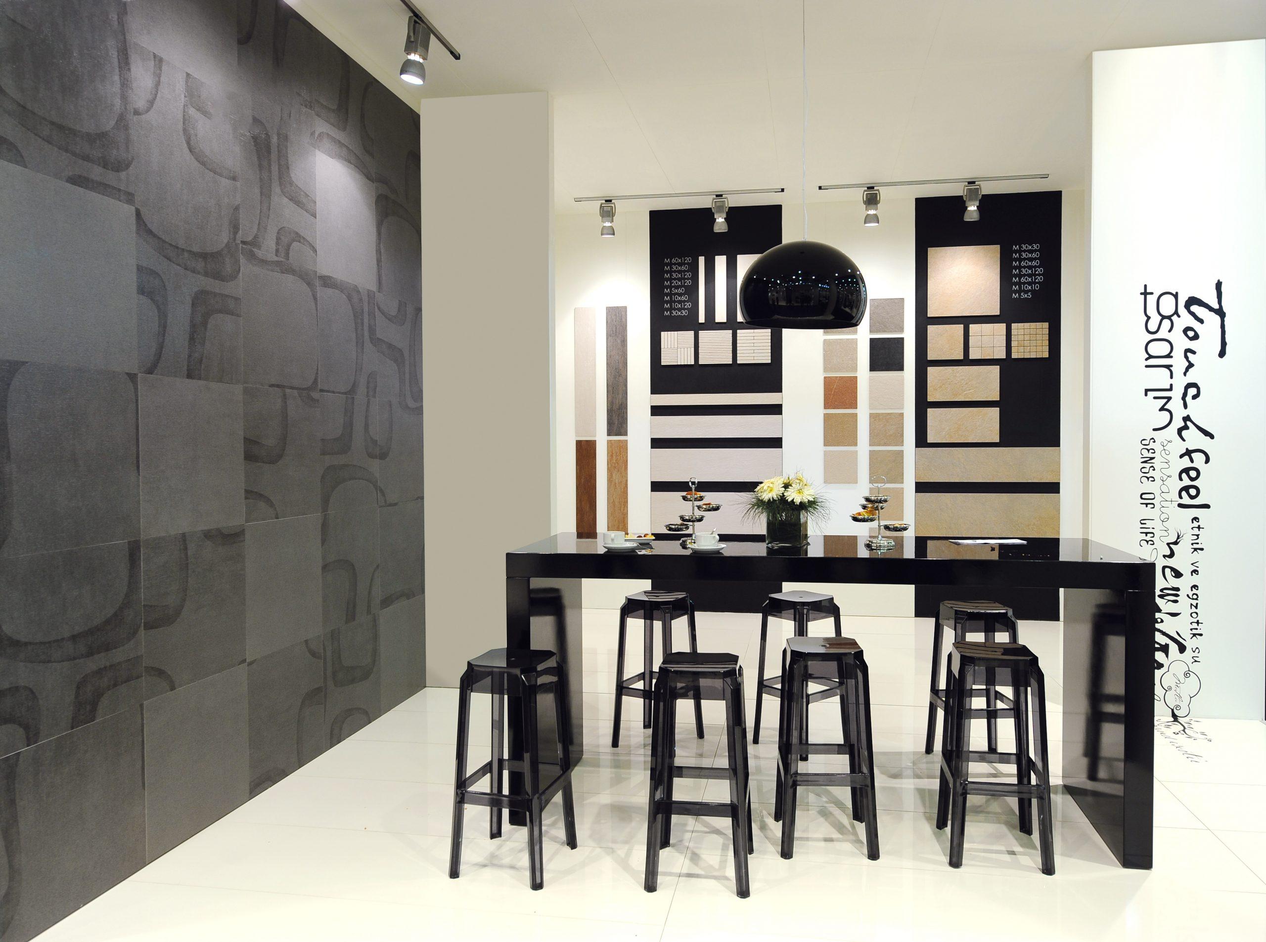 Adesivi murali e prespaziati per decorazione sala mostra