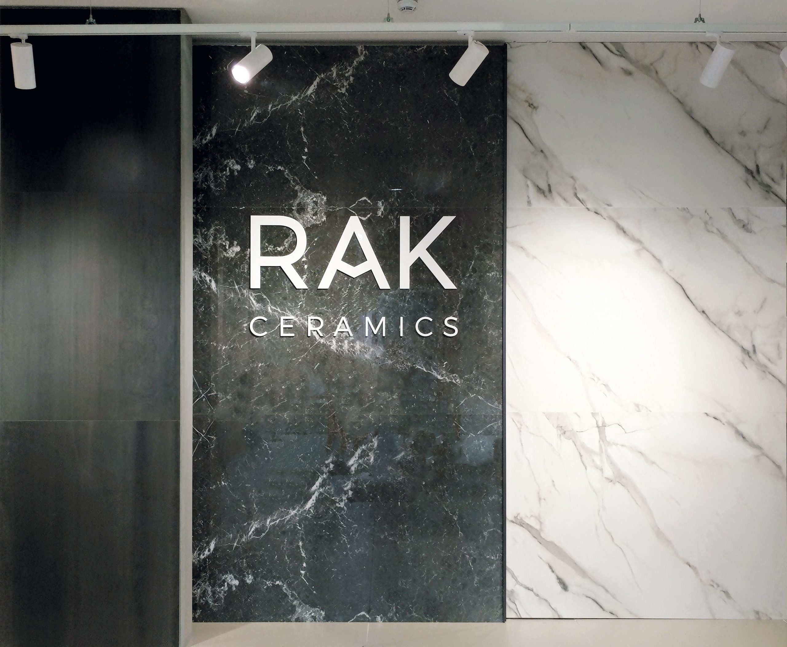 Logo aziendale in plexiglass sagomato