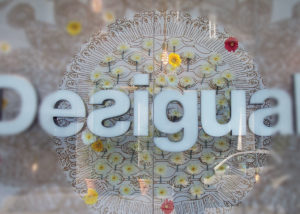 Logo plexiglass sagomato e pantografato in forex
