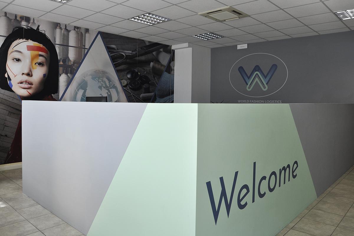 Hall reception con allestimento grafico bancone e pareti sfondo