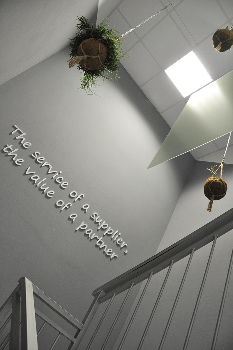 Pannelli grafici a soffitto per scala