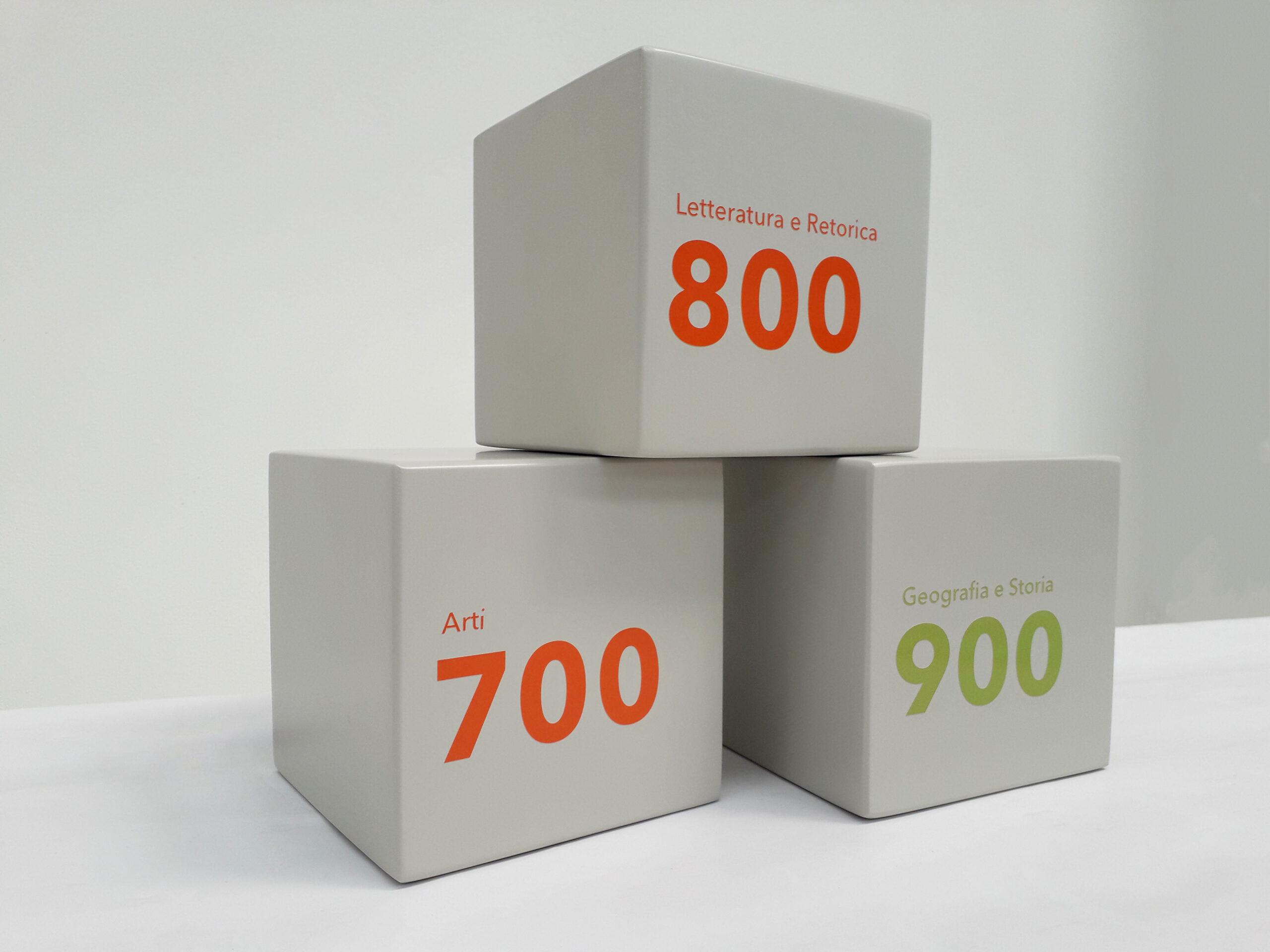 Cubi laccati in legno stampati
